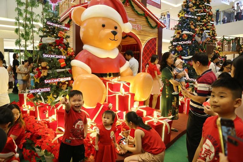Dân Sài Gòn đổ về trung tâm vui đón Noel sớm - ảnh 3