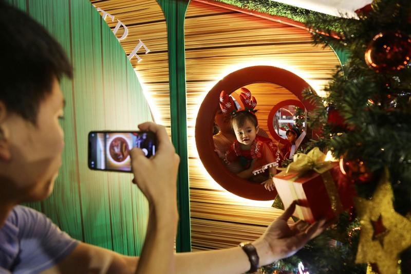 Dân Sài Gòn đổ về trung tâm vui đón Noel sớm - ảnh 4