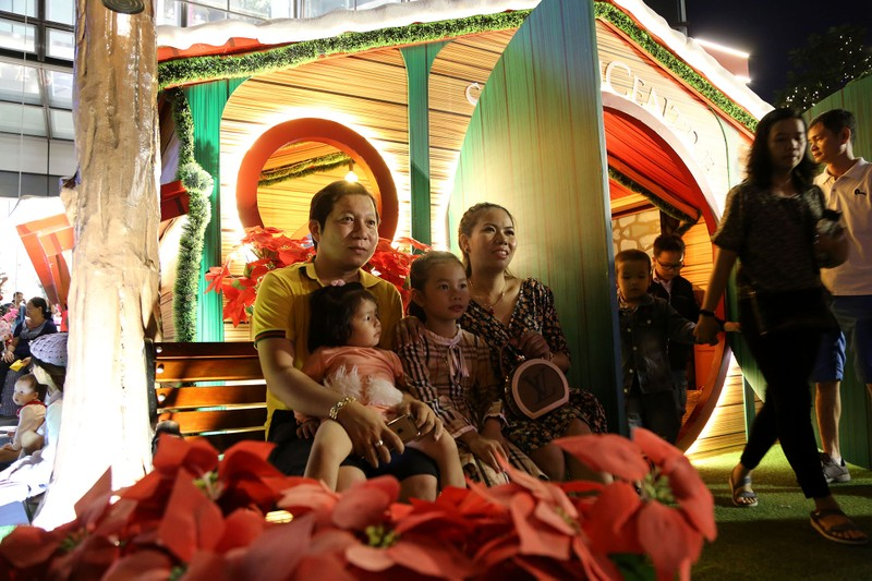 Dân Sài Gòn đổ về trung tâm vui đón Noel sớm - ảnh 5