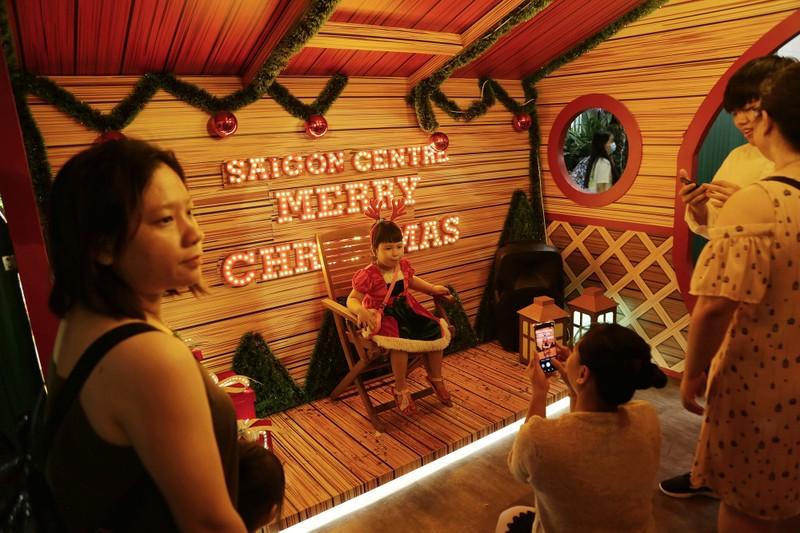 Dân Sài Gòn đổ về trung tâm vui đón Noel sớm - ảnh 6