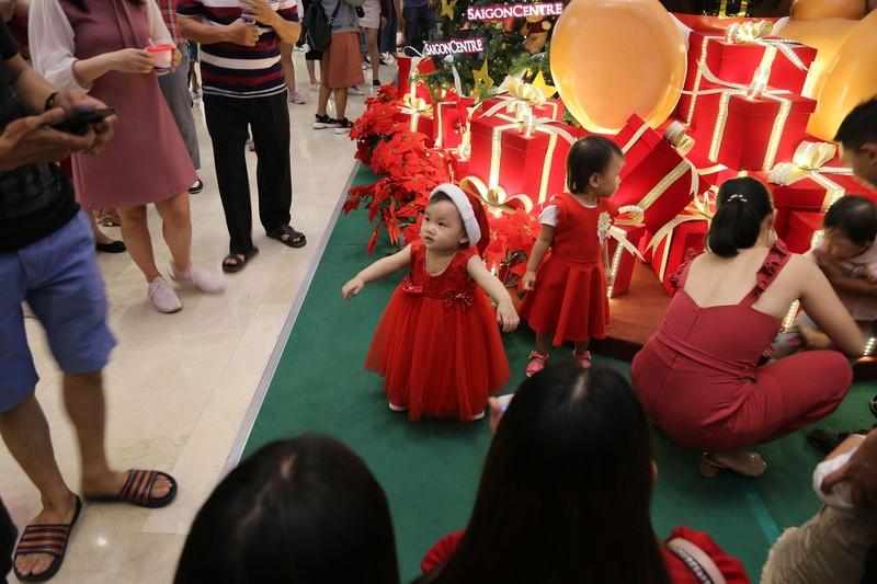 Dân Sài Gòn đổ về trung tâm vui đón Noel sớm - ảnh 7