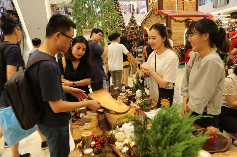 Dân Sài Gòn đổ về trung tâm vui đón Noel sớm - ảnh 8