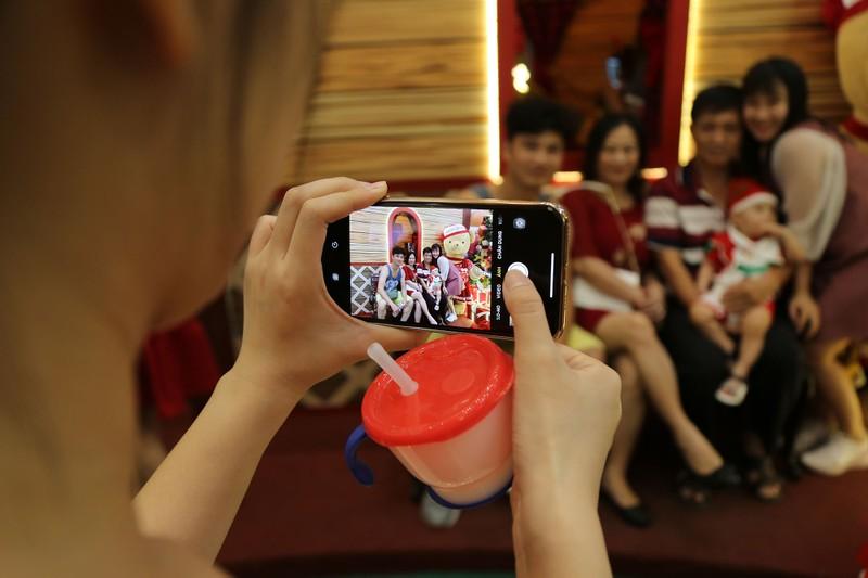 Dân Sài Gòn đổ về trung tâm vui đón Noel sớm - ảnh 9