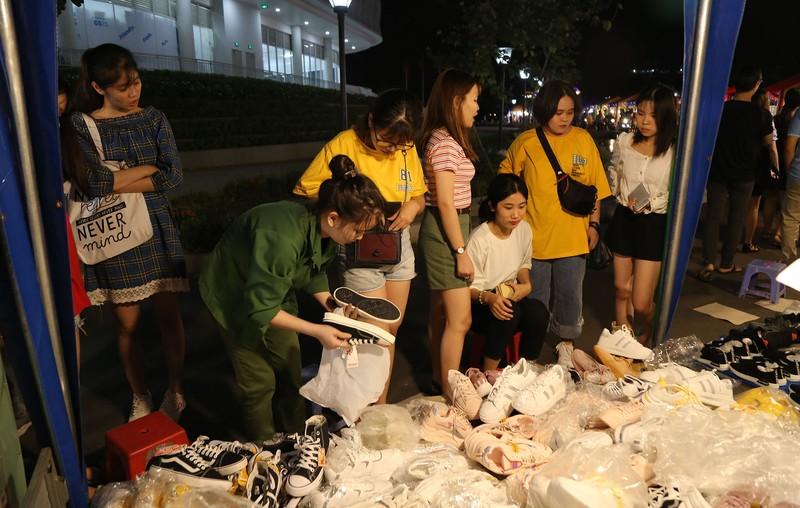 Cận cảnh chợ đêm mới cho sinh viên làng ĐH Quốc gia  - ảnh 11