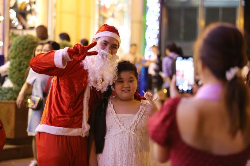 Hàng ngàn người đổ về trung tâm TP.HCM đón Giáng sinh - ảnh 10