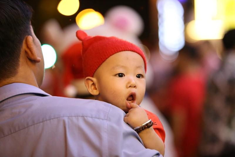 Hàng ngàn người đổ về trung tâm TP.HCM đón Giáng sinh - ảnh 11