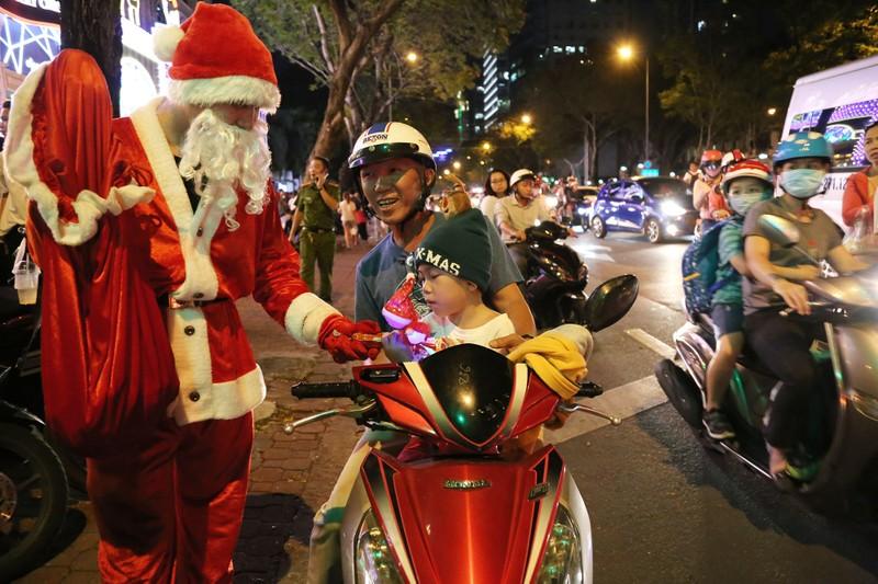 Hàng ngàn người đổ về trung tâm TP.HCM đón Giáng sinh - ảnh 12