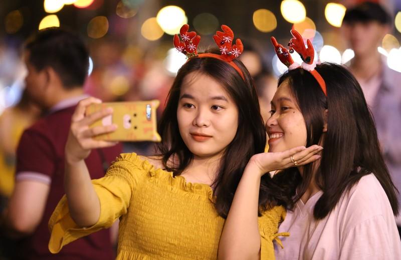 Hàng ngàn người đổ về trung tâm TP.HCM đón Giáng sinh - ảnh 14