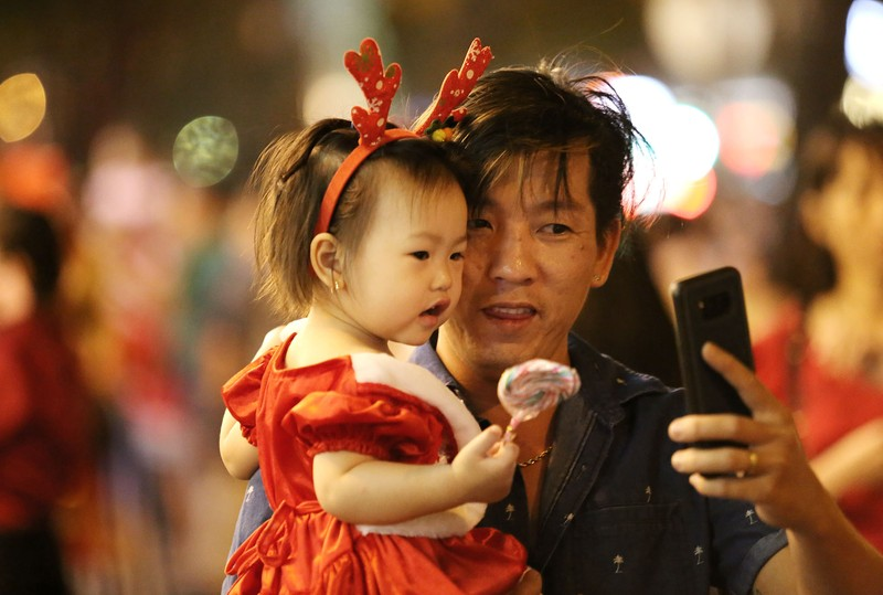 Hàng ngàn người đổ về trung tâm TP.HCM đón Giáng sinh - ảnh 15
