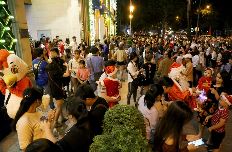 Hàng ngàn người đổ về trung tâm TP.HCM đón Giáng sinh - ảnh 1