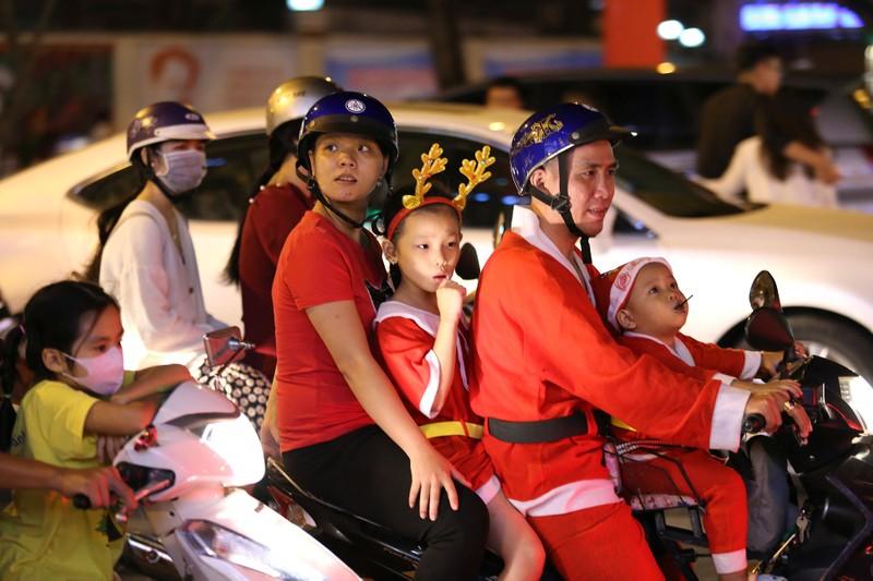 Hàng ngàn người đổ về trung tâm TP.HCM đón Giáng sinh - ảnh 2