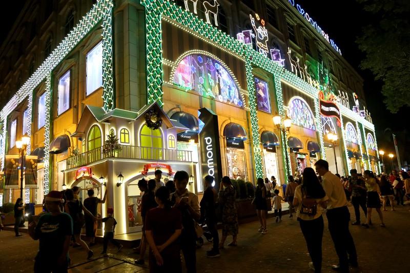 Hàng ngàn người đổ về trung tâm TP.HCM đón Giáng sinh - ảnh 4