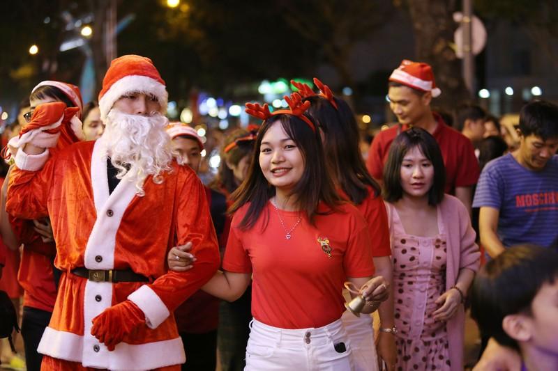 Hàng ngàn người đổ về trung tâm TP.HCM đón Giáng sinh - ảnh 9