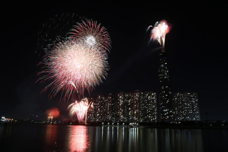 Pháo hoa rợp trời TP.HCM chào đón năm mới 2020 - ảnh 10
