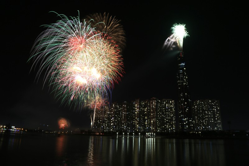 Pháo hoa rợp trời TP.HCM chào đón năm mới 2020 - ảnh 1