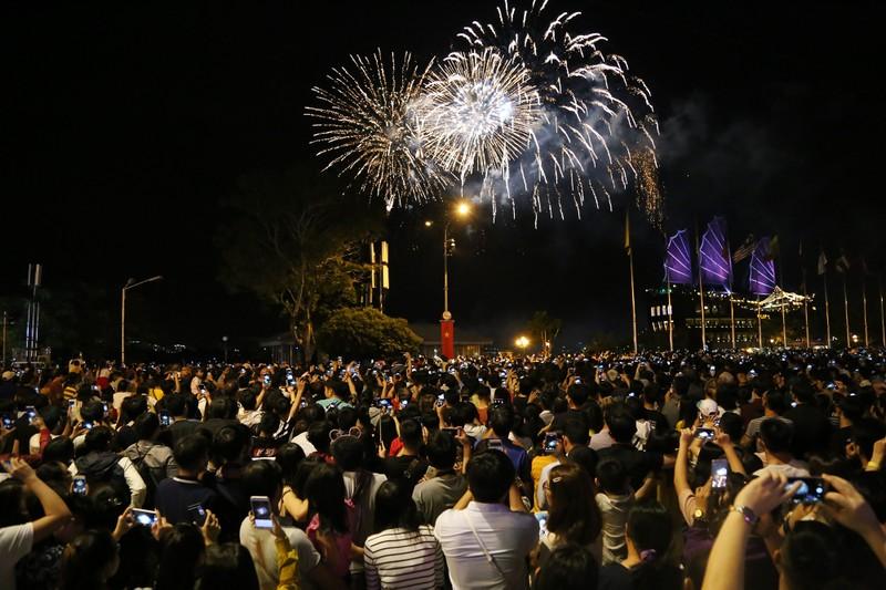Pháo hoa rợp trời TP.HCM chào đón năm mới 2020 - ảnh 3