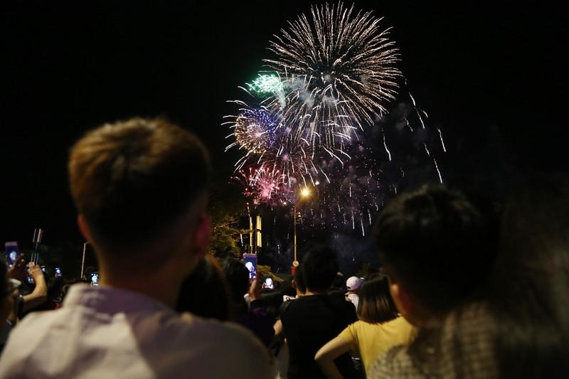 Pháo hoa rợp trời TP.HCM chào đón năm mới 2020 - ảnh 4