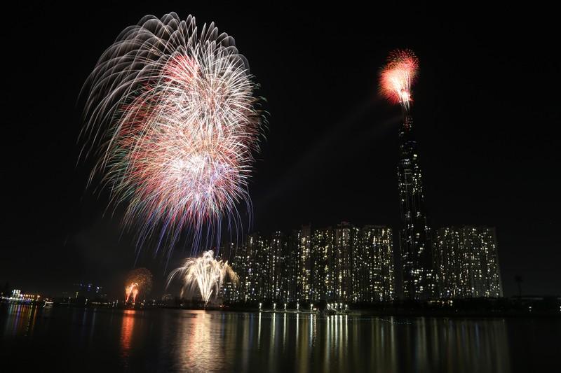 Pháo hoa rợp trời TP.HCM chào đón năm mới 2020 - ảnh 9