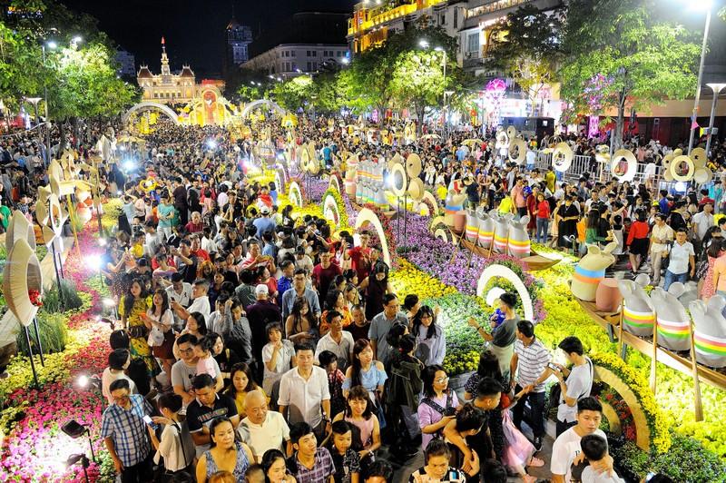 'Biển người' chen chân ở đường hoa Nguyễn Huệ 2020 - ảnh 1