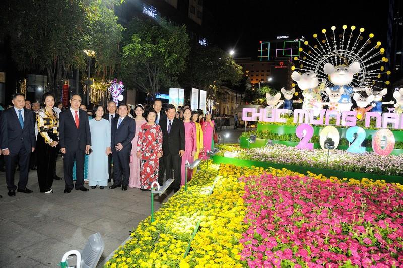 'Biển người' chen chân ở đường hoa Nguyễn Huệ 2020 - ảnh 2