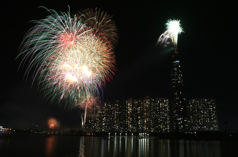 Pháo hoa rực sáng TP.HCM đón năm mới Canh Tý 2020  - ảnh 1