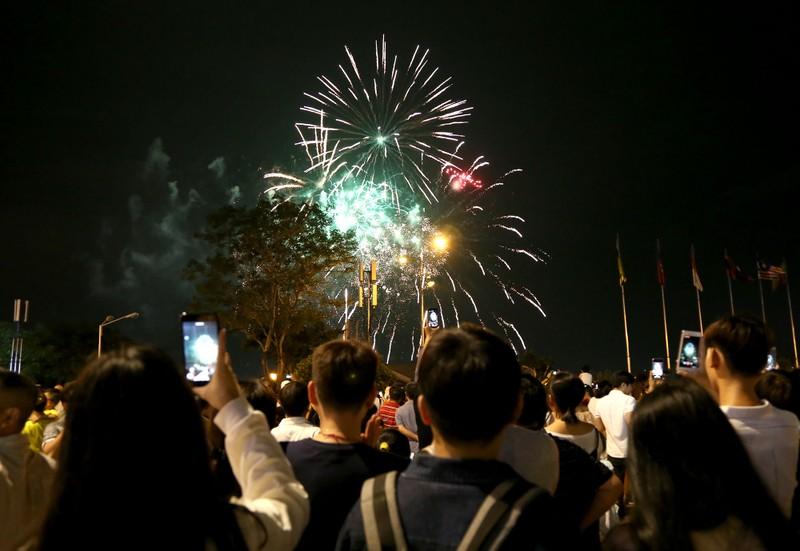 Pháo hoa rực sáng TP.HCM đón năm mới Canh Tý 2020  - ảnh 6