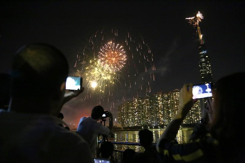 Pháo hoa rực sáng TP.HCM đón năm mới Canh Tý 2020  - ảnh 7