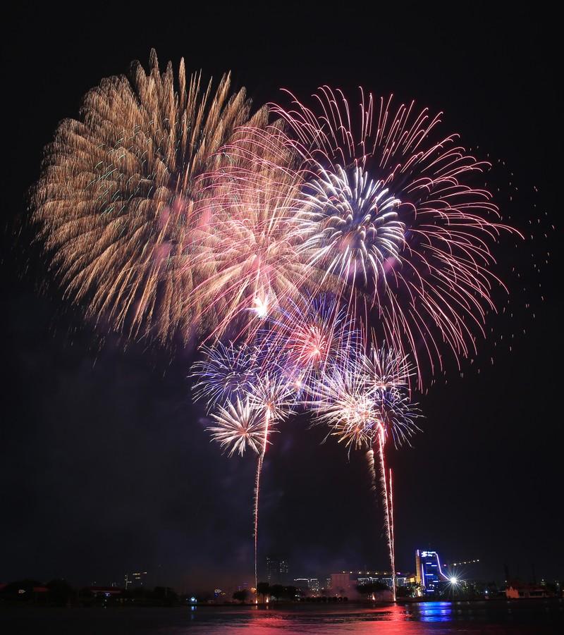 Pháo hoa rực sáng TP.HCM đón năm mới Canh Tý 2020  - ảnh 11