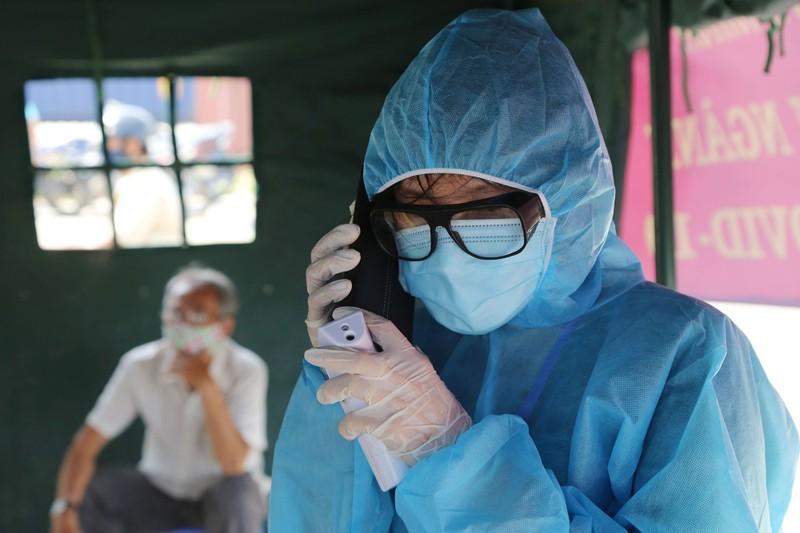 Chùm ảnh: Đội nắng kiểm tra y tế các phương tiện vào TP.HCM - ảnh 10