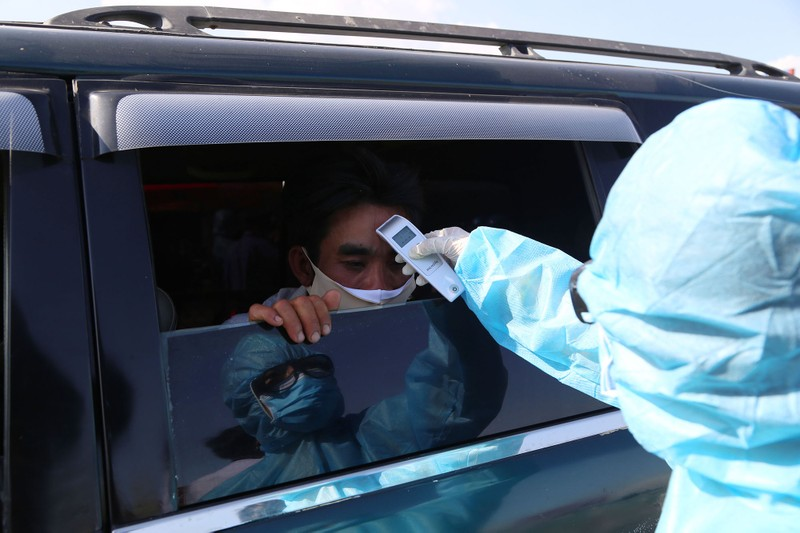 Chùm ảnh: Đội nắng kiểm tra y tế các phương tiện vào TP.HCM - ảnh 11