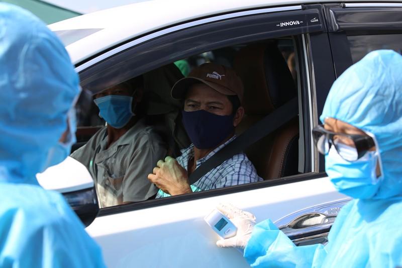 Chùm ảnh: Đội nắng kiểm tra y tế các phương tiện vào TP.HCM - ảnh 12