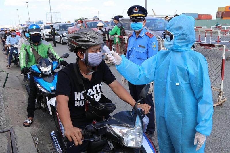 Chùm ảnh: Đội nắng kiểm tra y tế các phương tiện vào TP.HCM - ảnh 3