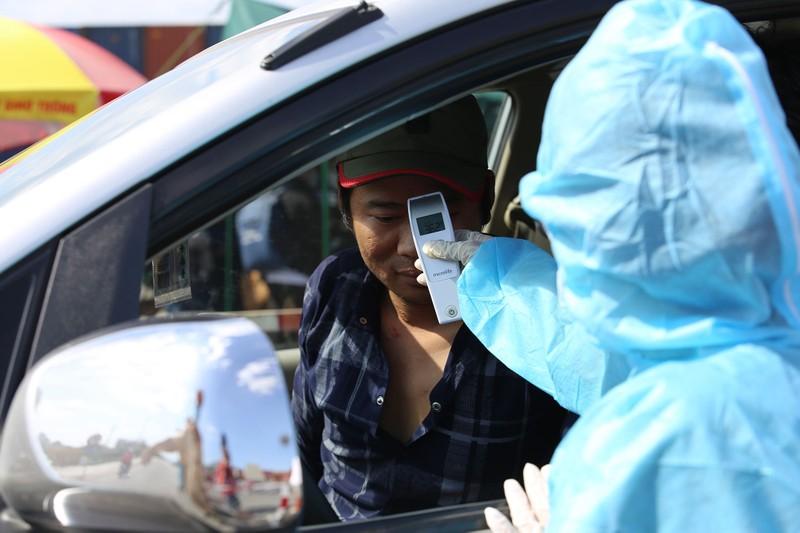 Chùm ảnh: Đội nắng kiểm tra y tế các phương tiện vào TP.HCM - ảnh 4