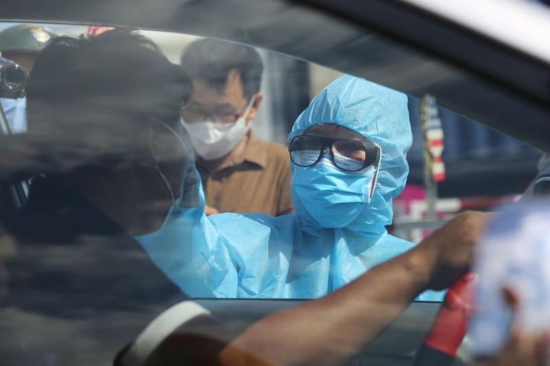 Chùm ảnh: Đội nắng kiểm tra y tế các phương tiện vào TP.HCM - ảnh 6