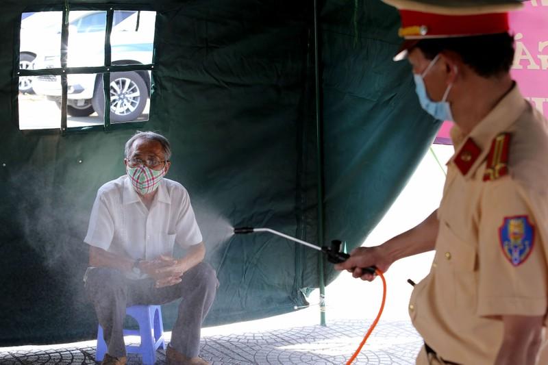 Chùm ảnh: Đội nắng kiểm tra y tế các phương tiện vào TP.HCM - ảnh 9