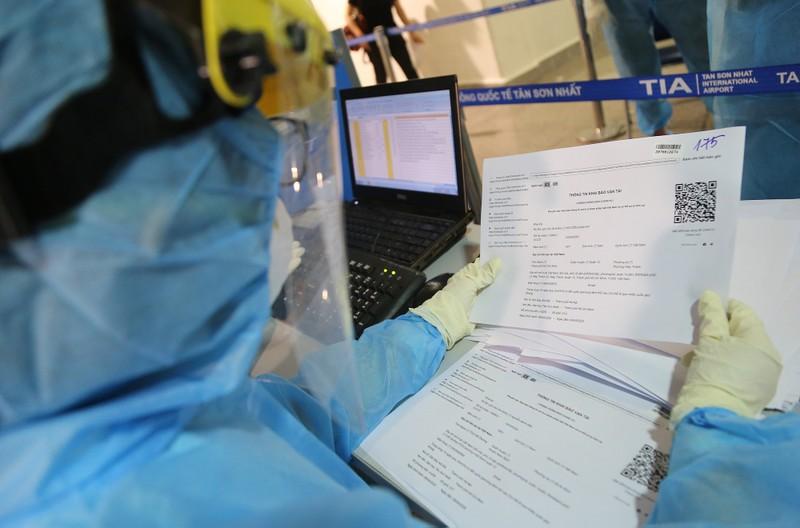 Chùm ảnh: Các bước xét nghiệm COVID-19 ở sân bay Tân Sơn Nhất - ảnh 10