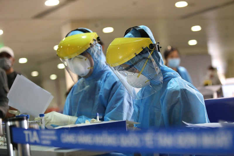Chùm ảnh: Các bước xét nghiệm COVID-19 ở sân bay Tân Sơn Nhất - ảnh 11
