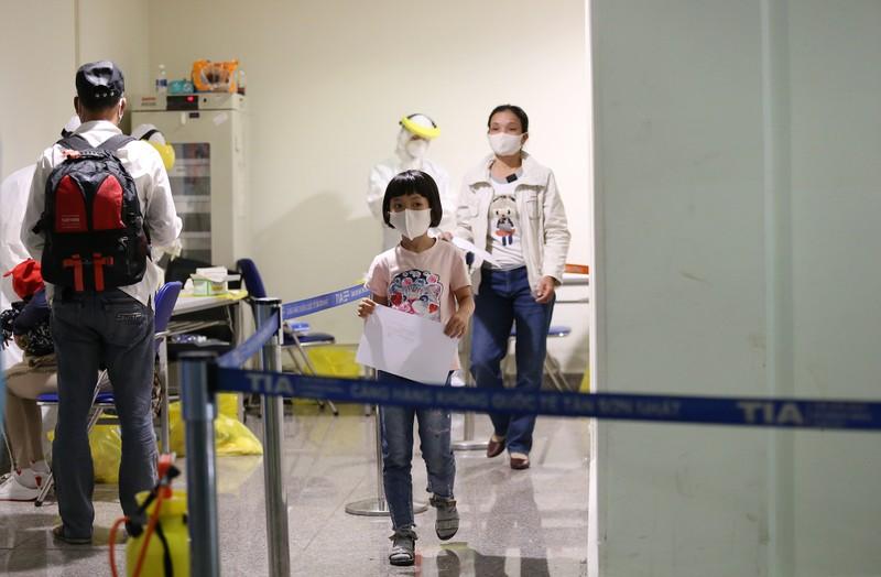 Chùm ảnh: Các bước xét nghiệm COVID-19 ở sân bay Tân Sơn Nhất - ảnh 15