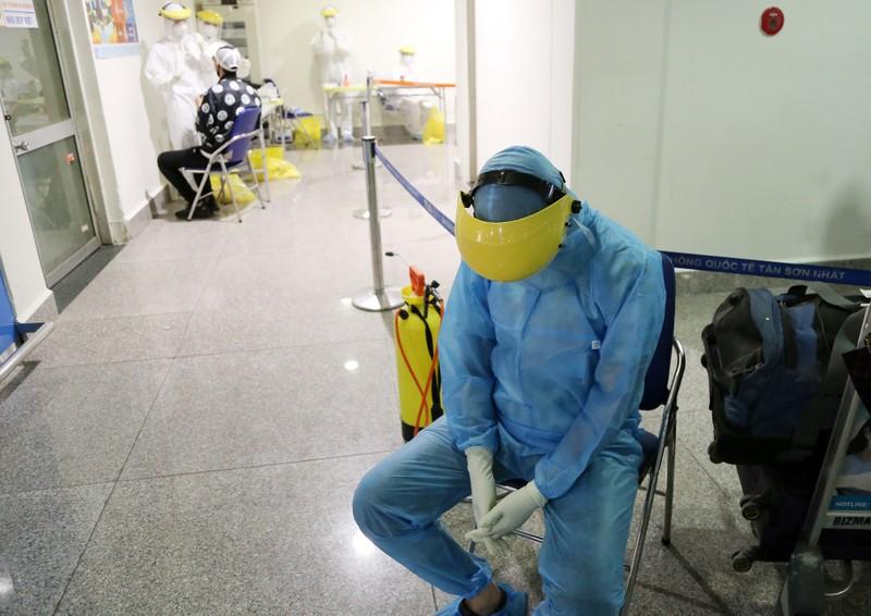 Chùm ảnh: Các bước xét nghiệm COVID-19 ở sân bay Tân Sơn Nhất - ảnh 18