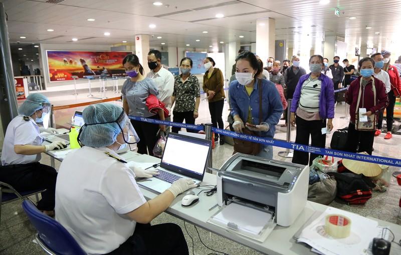 Chùm ảnh: Các bước xét nghiệm COVID-19 ở sân bay Tân Sơn Nhất - ảnh 1