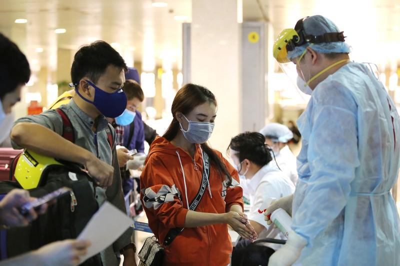 Chùm ảnh: Các bước xét nghiệm COVID-19 ở sân bay Tân Sơn Nhất - ảnh 5
