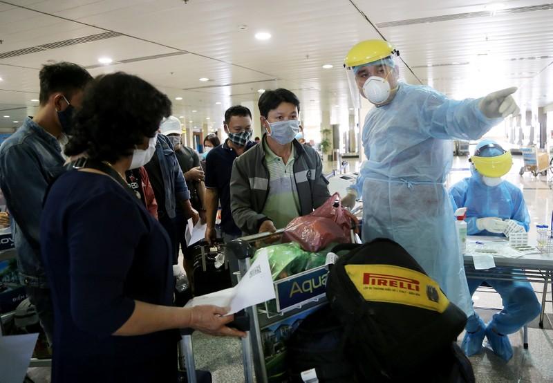 Chùm ảnh: Các bước xét nghiệm COVID-19 ở sân bay Tân Sơn Nhất - ảnh 6