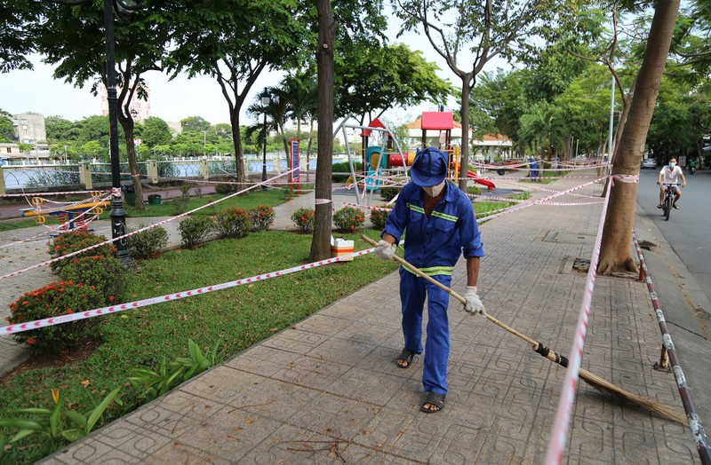 'Mạng nhện' ngăn người vào công viên để chống COVID-19 - ảnh 1