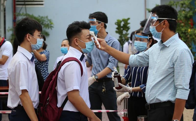 Lễ chào cờ đặc biệt của học sinh TP.HCM mùa dịch COVID-19 - ảnh 2