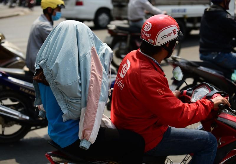 Người dân vật vã dưới trời nóng như đổ lửa ở Sài Gòn - ảnh 2