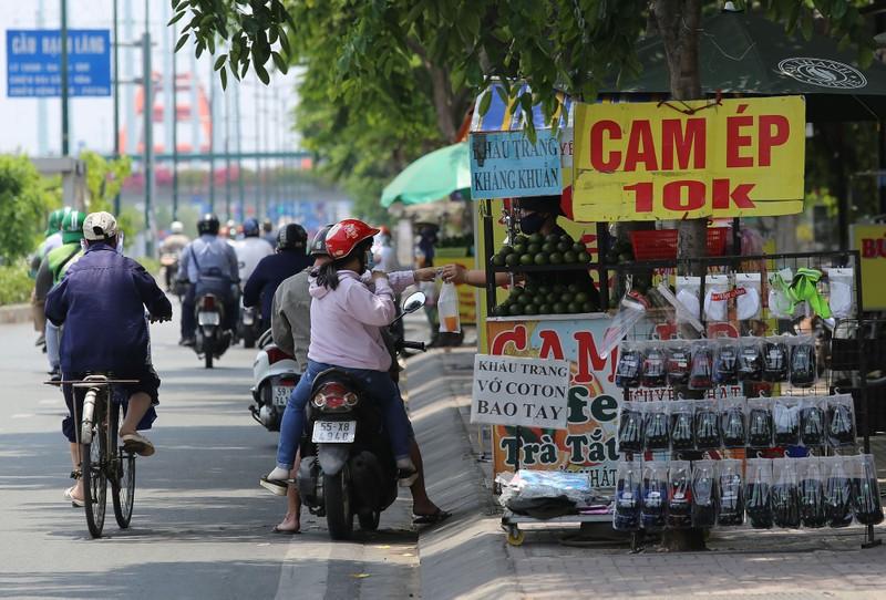 Người dân vật vã dưới trời nóng như đổ lửa ở Sài Gòn - ảnh 14