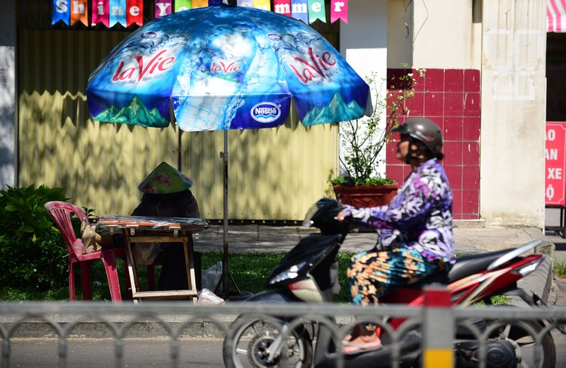 Người dân vật vã dưới trời nóng như đổ lửa ở Sài Gòn - ảnh 13