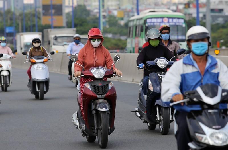 Người dân vật vã dưới trời nóng như đổ lửa ở Sài Gòn - ảnh 1