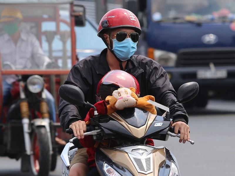 Người dân vật vã dưới trời nóng như đổ lửa ở Sài Gòn - ảnh 3