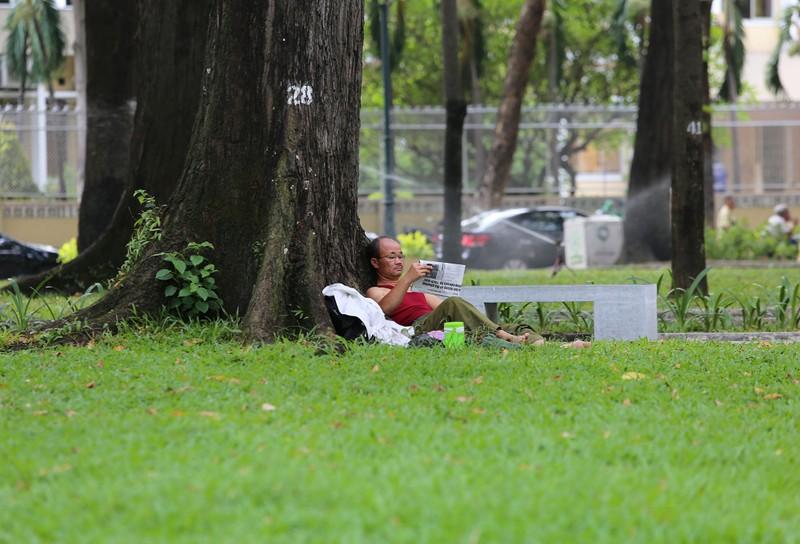 Người dân vật vã dưới trời nóng như đổ lửa ở Sài Gòn - ảnh 8